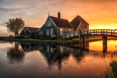 Early morning drizzle, Zaanse Schans (reinaroundtheglobe) Tags: morning house water netherlands sunrise nederland zaanseschans drizzle zaandam waterreflections placesofinterest