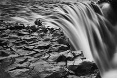 Al borde (LANTADA) Tags: blancoynegro persona islandia agua roca cascada