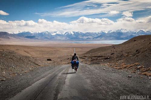 Długi zjazd z przełęczy w kierunku Karakul