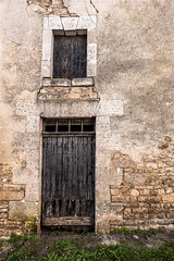 Il n'y a plus personne.... (Isabelle Gallay) Tags: street door old city urban abandoned window wall architecture fuji fujifilm porte mur fentre ville urbain fujixm1 fujifilmxm1