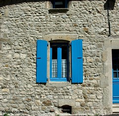 .... azzurro... (antosti) Tags: muro nikon d70s porta sassi azzurro francia architettura finestre lapalisse imposte alvernia fluviali