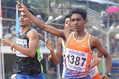 Kozhikode: Abhishek Mathew of Kerala on his way to win the gold in the 800 M (junior) in the 61st National School Athletic Champion ship (legend_news) Tags: school way gold athletic ship champion kerala m national junior his win 800 abhishek mathew 61st kozhikode