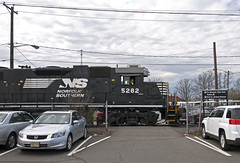 Throught the Parking Lot (Erie Limited) Tags: ns me2 norfolksouthern conrail newbrunswicknj emd gp382 jerseyave delcolead