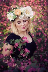 Madlen (Kasu.mo) Tags: park flowers light portrait people flower beautiful canon outdoor blumen portrt collar blume farbe available busch personen