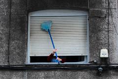 Acrobatic Cleaning (Arrtez la Musique) Tags: espaa woman window lady ventana mujer spain blind cleaning persiana noface santander senhora cantabria acrobatic limpiando escoba seora acrobacia signora sincara aciegas