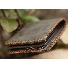 กระเป๋าสตางค์ผู้ชายหนังแท้ (Cowhide) ทรงสั้น  ฿550 🎨 สี: Black, Grey  กระเป๋าสตางค์หนังแท้คุณภาพสูง มีการตกแต่งด้วยการถักเส้นใยตรงขอบของกระเป๋าสตางค์ และโดดเด่นด้วยลอยธรมชาติของหนังที่นำมาผลิต ทนทนและทำความสะอาดง่าย *ส่งพร้อมกล่อง  คุณสมบัติสินค้า - ว
