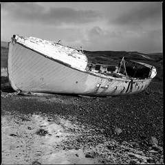 Beached Fishing Boats - Ilford SFX 200 (magnus.joensson) Tags: skye zeiss scotland boat fishing 150 hasselblad 200 60mm rodinal isle ilford 2009 redfilter sfx cfi exp distagon 500cm carbost