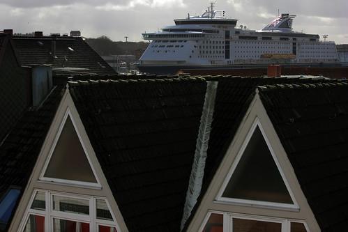 "Schiff über den Dächern (2) • <a style=""font-size:0.8em;"" href=""http://www.flickr.com/photos/69570948@N04/24588181004/"" target=""_blank"">View on Flickr</a>"