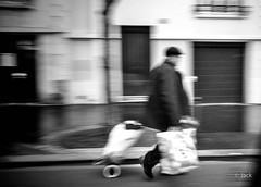 fast (Jack_from_Paris) Tags: street leica bw paris photo  angle noiretblanc wide rangefinder m type monochrom capture panning mode homme courses 240 lightroom panier roulettes dng 11606 10770 nx2 tlmtrique leicaelmaritm28mmf28asph l1005060bw