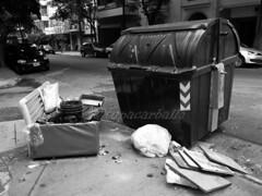 SENTADO ESPERO !!!!!!. BOEDO. ARGENTINA. (tupacarballo) Tags: argentina trash dumpster canon blackwhite streetphotography basura boedo contenedor caba g16 fotografadocumental contenedordebasura tupacarballo canonpowershotg16