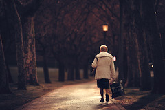 Old Woman (Gure Elia) Tags: park parque dof walk paseo oldwoman pamplona taconera pdc canoneos5dmarkii samyang135f2