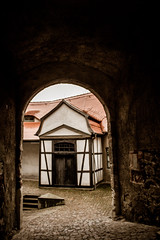 Blick durchs Tor (The HH) Tags: castle tor halftimbered burg pflaster bogen fachwerk timbered schnfels