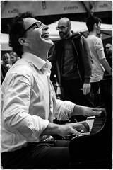 Il pianista fuori posto | Pianist out of place (Roberto Spagnoli) Tags: blackandwhite music smile piano streetphotography explore sorriso busker streetmusic pianist biancoenero pianoforte artistadistrada fotografiadistrada zanarella