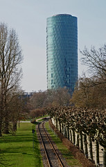 Frankfurt, Westhafen-Tower (Geripptes) und Nizza-Ufer (HEN-Magonza) Tags: frankfurt westhafentower main geripptes nizzaufer nizzaembankment hessen hesse deutschland germany wolkenkratzer skyscraper hochhaus highrisebuilding