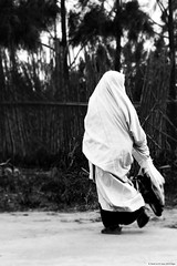 Algeria, women (OualiBelahsene) Tags: life street algeria blackwhite women northafrica femme route instant rue algrie vie hayek fragment traditionel habille    algeriskatraditionellaklnningar alirskitradicionalnehaljine abititradizionalialgerini gnatraidisintanahailgire  vestidostradicionalesargelinas algerisketraditionellekjoler habilletraditionnelalgerien algerischentraditionellenkleidern  algeriantraditionaldresses vestitstradicionalsalgerianes
