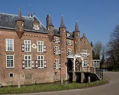 Vught - Kasteel Maurick (grotevriendelijkereus) Tags: bridge holland castle netherlands town gate village nederland medieval drawbridge brug moat brabant dorp poort gracht kasteel plaats vught middeleeuws