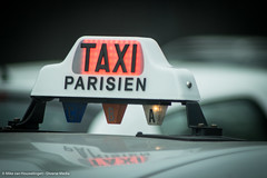Taxi Parisien (Mike van Houwelingen - DiverseMediaNL) Tags: roof paris france macro lamp sign closeup outside media diverse bokeh taxi tele frankrijk tamron parijs buiten dak telelens parisien bokehlicious diversemedia diversemedianl