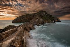 Gaztelugatxe (Marce Alvarez.) Tags: landscape mar nikon paisaje atardeceres cantabrico acantilados gaztelugatxe nikkor1635