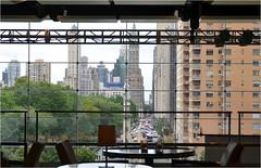 Et voici une vue depuis le Time Warner Center vers l'est de Manhattan, avec Central Park south qui devient 59the street plus loin vers l'est. La tour que vous voyez derrire Colomb est le 4 toiles Sherry-Netherlands Htel. (Barbara DALMAZZO-TEMPEL) Tags: nyc manhattan columbuscircle centralparksud
