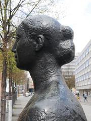 Die junge Frau. (Das junge Paar.) / 20.04.2016 (ben.kaden) Tags: leipzig reichsstrase jungespaar klausschwabe 1968 1971 2016 20042016 kunstderddr bildhauerei skulptur