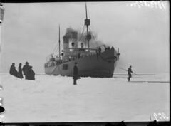 Sampo; jäänmurtaja jäiden keskellä etuviistosta nähtynä (KansallisarkistoKA) Tags: icebreaker sampo jäänmurtaja