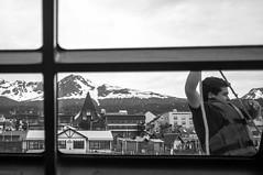 Âncora (renanluna) Tags: city cidade blackandwhite bw man window argentina tierradelfuego ushuaia fuji monochromatic pb anchor fujifilm janela arg 54 homem moutain pretoebranco monocromia montanha âncora x100 renanluna fujifilmfinepixx100