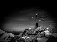 Croix Parmi les Cieux (Frdric Fossard) Tags: nature montagne alpes lumire altitude horizon ombre glacier ciel contraste paysage chamonix rocher croix alpinisme montblancdutacul clart hautesavoie sommet granit naige atmosphre luminosit massifdumontblanc