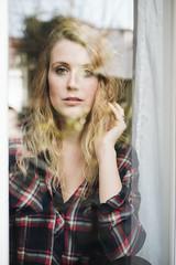 (BeastieBernd) Tags: portrait reflection window blonde homestory kariert homeshooting