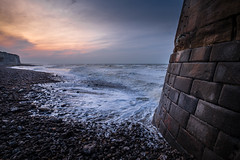 Au pied du phare (amateur72) Tags: fujifilm normandie xf1024mm cliffs falaises hiver mer phare plage xt1 saintvaléry