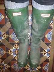 20160407_085018 (rugby#9) Tags: tiledfloor floor tiles dirtyhunters dirtyboots dirtywellingtons dirtywellies rubber boots rubberboots wellingtons wellies green hunters size8 8 buckles hunterboots indoor muddyboots muddyhunters muddyhunterboots socks bootsocks grey greybootsocks greysocks jeans