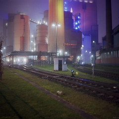 Colours in the Fog (ucn) Tags: station fog night nebel power nacht kraftwerk frankfurtammain fujireala100 weltax