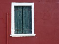 Ventana de Burano (John LaMotte) Tags: venice red window ventana rojo italia colores janela venecia venezia fachada fentre burano infinitexposure