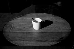 (Manuel Teruel) Tags: byn luz shadows sombra taza mesa cuchara
