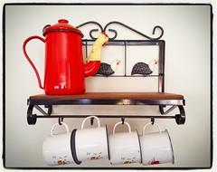 Para cozinhas pequenas, prateleiras menores.  Esse modelo tem 40 cm de largura.  #cozinha #prateleiras #decorao #decorar #decoracao #decoraomineira #casa #artesanato #artesanal #artesanatomineiro #canecas #bule #galinha (fabriciabarcelos) Tags: casa galinha artesanato artesanal decorao cozinha bule decoracao canecas prateleiras decorar artesanatomineiro decoraomineira