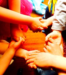 Agathe, Ambre, Lucas, Tom. (fourmi_7) Tags: enfants mains filles garons petitefille petitgaron tenir maindanslamain