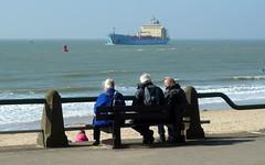 genieten van het uitzicht (Omroep Zeeland) Tags: boulevard genieten bankje toeristen
