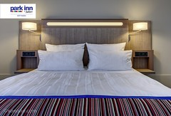 Park Inn by Radisson Hotel Goettingen (EVENT Hotels) Tags: hotel zimmer carlson headboard holz deu kissen parkinn goettingen niedersachsen symmetrie deutschlandgermany doppelbett leselampe doppelzimmer rezidor tagesdecke proventhotels