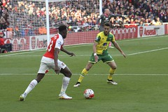 Welbeck takes on Pinto (Ronnie Macdonald) Tags: football emirates canaries arsenal futebol pinto gooners norwichcity barclayspremiership ronmacphotos dannywelbeck ivopinto