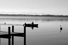 Einsamer Ruderer - Stille auf dem See (Spookyfilm) Tags: see berge sw starnberger stille ruhe ruderer swfotos