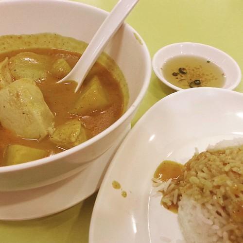 Мне пришлось сдерживать себя чтобы выложить это блюдо нетронутым! Massaman Curry. #thaifood #foodporn #еда #ежа #белорусывазии #самуи #Минск
