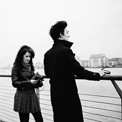Couple on The Thames (Foto John) Tags: leica people london monochrome river blackwhite streetphotography rangefinder ishootfilm 35mmfilm riverthames leicam7 400asa 135film summicronm50mmf20 ilfordxp2s blackandwhitethatsright