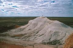 Mesas, South Australia (GothPhil) Tags: 35mm landscape countryside scenery desert kodak july australia scanned kodachrome southaustralia mesa 1990 asa200 breakaways cooberpedy rockformation geological umoona