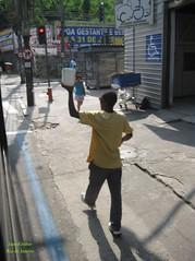 gua (Janos Graber) Tags: gua vendedor rua homem vilaisabel
