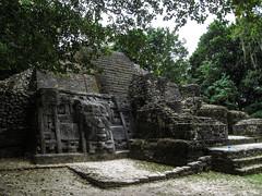"""Lamanai: the Mask Temple. Cette pyramide est en fait le résultat de 4 pyramides fabriquées l'une sur l'autre. Voyez-vous les différentes couches ? Au moins deux, de pierres différentes. <a style=""""margin-left:10px; font-size:0.8em;"""" href=""""http://www.flickr.com/photos/127723101@N04/25473332444/"""" target=""""_blank"""">@flickr</a>"""