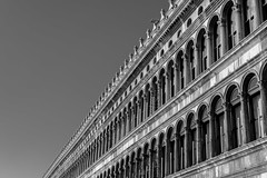 Les arcades de San Marco (Franky Quattro Carlson) Tags: blackandwhite motif monochrome architecture daylight noiretblanc horizon arcades venise extrieur btiment italie ville lignes piazzasanmarco diagonale colones gomtrique
