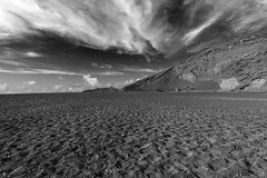 Lanzarote (Juan R. Ruiz) Tags: sky bw naturaleza byn blancoynegro beach nature canon blackwhite sand europa europe loneliness lanzarote playa arena cielo dramaticsky canaryislands isla islas islascanarias lagoverde charcodelosclicos canon60d canoneos60d lagunadelosclicos charcadelosclicos
