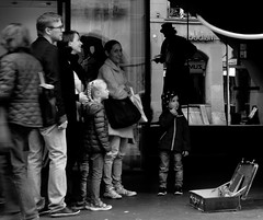 Gonflé (photofank) Tags: street bw white black reflection kids schweiz artist noir suisse strasse clown nb reflet tresse zebra amused entertainement blanc familiy valise صور zopf bernberne 白黒 الشارع 黑与白 انعكاس streetpic berncity reflekt مهرج steetartist 街头照片 黑,白