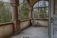 Balkon mit Stuhl (sirona27) Tags: pool licht alt fenster leer schatten gebude tr verlassen treppen mauern sulen putz verwittert marode verfallen gnge