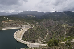 Presa del Atazar (Stroget) Tags: madrid sky green water clouds landscape spain nikon paisaje presa