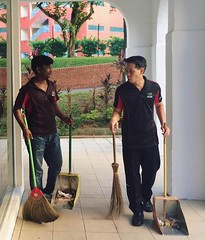 Cleaning 04 - Louis Ng Kok Kwang (CleaningAsia.com) Tags: singapore mp cleancity mewr louisng neesoongrc edwarddsilva nocleanersweek environmentandwaterresources masagoszulkiflim civicconsciousness hdbcleaning publichygienecouncil cleanandgreencity sgfuture